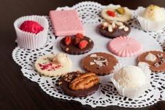 Chocolat et bonbons au chocolat faits main de luxe Image libre de droits