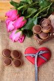 Chocolat et coeurs rouges pour le jour de valentines Image libre de droits