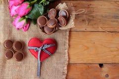 Chocolat et coeurs rouges pour le jour de valentines Photos stock