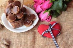 Chocolat et coeurs rouges pour le jour de valentines Photos libres de droits