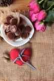 Chocolat et coeurs rouges pour le jour de valentines Images libres de droits
