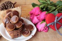 Chocolat et coeurs rouges pour le jour de valentines Photo libre de droits