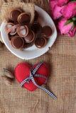 Chocolat et coeurs rouges pour le jour de valentines Photo stock
