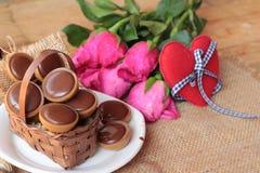 Chocolat et coeurs rouges pour le jour de valentines Photographie stock