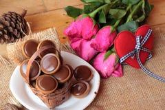 Chocolat et coeurs rouges pour le jour de valentines Photographie stock libre de droits
