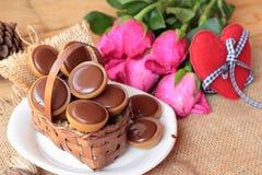 Chocolat et coeurs rouges pour le jour de valentines Images stock