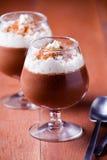 Chocolat et dessert à la crème de Wipped Images stock