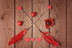 Chocolat et flèches de forme de coeur de jour de Valentine sur le fond en bois Photo libre de droits
