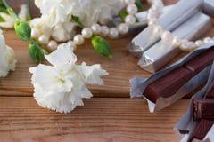 Chocolat et fleurs blanches Photographie stock