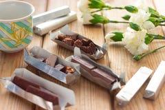 Chocolat et fleurs blanches Photo stock