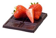 Chocolat et fraises foncés image stock