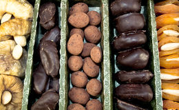 Chocolat et fruits secs Photo stock