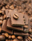 Chocolat et grains de café image stock