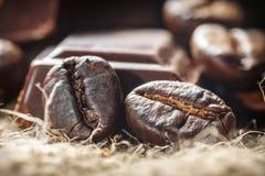 Chocolat et grains de café, DOF peu profond Images stock