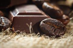 Chocolat et grains de café, DOF peu profond Photos stock