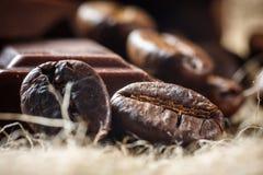 Chocolat et grains de café, DOF peu profond Photographie stock libre de droits