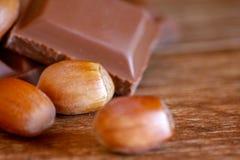 Chocolat et noisette sur la table en bois photo stock