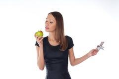 Chocolat et pomme de fixation de fille Photographie stock