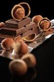 Chocolat foncé amer dans un clinquant et des noix Images libres de droits