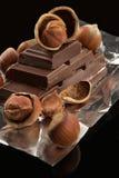 Chocolat foncé amer dans un clinquant et des noix Photographie stock libre de droits