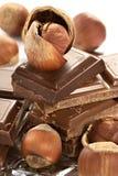 Chocolat foncé amer dans un clinquant et des noix Image libre de droits