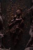 Chocolat foncé amer sur un fond en bois foncé photos libres de droits