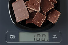 Chocolat foncé cassé sur l'échelle de cuisine Photographie stock