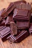 Chocolat foncé coupé avec du cacao Photo libre de droits