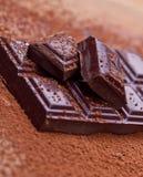 Chocolat foncé coupé avec du cacao Photo stock