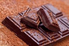 Chocolat foncé coupé avec du cacao Images libres de droits