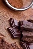 Chocolat foncé coupé avec du cacao Images stock