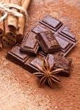 Chocolat foncé coupé avec du cacao Photos libres de droits