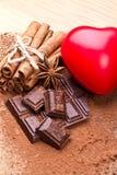 Chocolat foncé coupé avec du cacao Photographie stock libre de droits