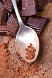 Chocolat foncé coupé avec du cacao Photos stock