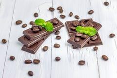 Chocolat foncé décoré des grains de café et de la menthe photo libre de droits