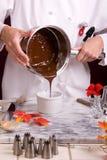 Chocolat foncé pleuvant à torrents Images libres de droits