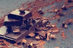 Chocolat foncé sur une table en pierre Images libres de droits