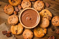 Chocolat fondu, biscuits, noisette, fond photo stock