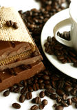 Chocolat, graines de café et cuvette Image stock