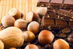 chocolat, graines de café et noix Photographie stock