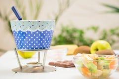 Chocolat, guimauves, pomme, mandarine, kiwi et banane de fondue Image stock