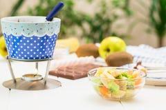 Chocolat, guimauves, pomme, mandarine, kiwi et banane de fondue Images libres de droits