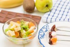 Chocolat, guimauves, pomme, mandarine, kiwi et banane de fondue Photo stock