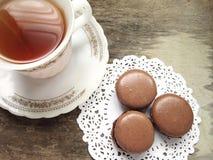 Chocolat Macarons sur un napperon et un thé de papier Images libres de droits