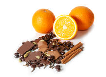 Chocolat, orange, épices d'isolement sur le blanc Foyer sélectif Photographie stock libre de droits