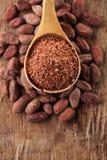 Chocolat 100% râpé de noir dans la cuillère sur le chocolat rôti de cacao Image libre de droits