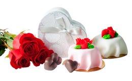 Chocolat, roses, boîte-cadeau et gâteaux d'isolement Image libre de droits