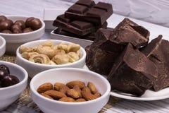 Chocolat, sucreries, raisins secs, écrous Image libre de droits