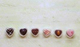 Chocolat sur la vieille table en bois Photos stock
