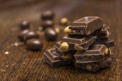 Chocolat sur une table brune Photos stock